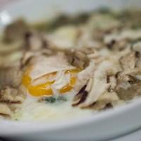 Uovo di gallina e funghi porcini